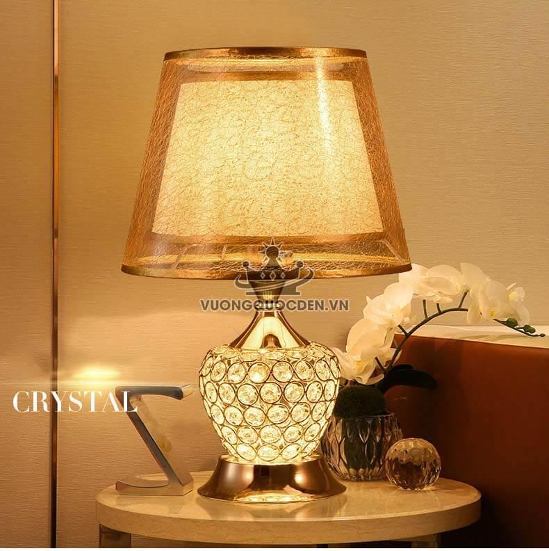 Sáng tạo không gian phòng khách bằng những mẫu đèn bàn pha lê ấn tượng